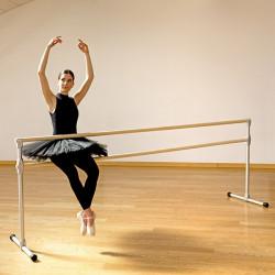 Sbarra danza mobile Accademia, ballerina seduta